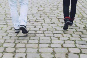 beine , füße , schuhe , laufen , gehen , spazieren , straße , spaziergang , weg , spaziergänger , wandern , wanderung , altstadt , mann , frau , personen , menschen , leute