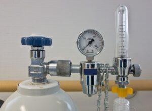 sauerstoff , druckregler , sauerstofflasche , flasche , gasflasche , beatmung , beamtmungsgerät , krankenhaus , hilfe , gashahn , druckminderer , druckregulator , druckluft , druckluftflasche, KohlenstoffmonoxidintoxikationKohlenmonoxidintoxikationKohlenstoffmonoxidvergiftung