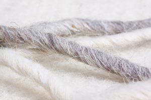 schafwolle , schafwoll-filz , naturfaser , naturprodukt , verfilzt , mittelalter , oberbekleidung , schafwollschnüre , grau , weiß , weich , kuschelig