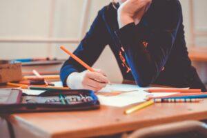 Legasthenie; Lese-Rechtschreibschwäche, LRS, schule , zeichnen , zeichnung , bildung , bleistift , lernen , grundschule , farbe , bunte , papier , klasse , schüler , kreative , kreativität , studie , stift , klassenzimmer , kinder , skizze , design , kunst ,