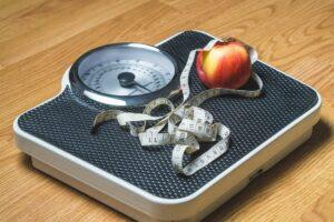 gewicht-verlust , gewicht , ernährung , maßstab , gewichtsmanagement , übergewicht , untergewicht , gewicht verlieren , horizontale , maßband , maßnahme , band , lebensmittel , diät , lebensstil , apple , obst , verlust , vegetarier , gesundheit , bad , badezimmer , fettleibigkeit , weight watchers , fitness , sport , übung , meter , kg , verlieren , ziel , erfolg , ändern , neue , leben , vorsatz fürs neue jahr , Langfristig Abnehmen ohne Stress
