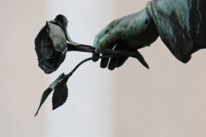 engel , hand , rose , friedhof , skulptur , bronze , kunst , trauer , tod , friede