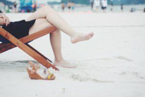 strand , strandkorb , füße , weiblich , barfuß , mädchen , dame , beine , freizeit , im freien , menschen , erholung , entspannung , resort , ruhend , sand , sandalen , sitzen , frau , holzstuhl, parästhesie, druckbelastung