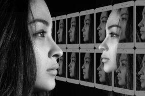 autokommunikation , gespräch , selbstgespräch , innerer dialog , kommunikation , gesichter , frau , kontakt , dialog , smartphone , handy , gegenüber , spiegel , spiegelbild , sprechen , psychologie , stimme , innere , prozess , intrapersonelle kommunikation , ich , einheit, Narzissmus