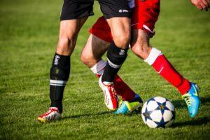 fußball , fussball , stutzen , fußballschuhe , soccer , zweikampf , gegner , fussballer , sport , ballsport , feldspieler , ball , kicker , fußbälle , ballspiel , zuschauer , fussballschuhe , dress , fussballdress , fussballplatz , sportplatz , spielfeld , rasen , fußballspiel , schießen , schienbeinschoner , fußballplatz , sportart , tore schießen , fußballer, sportverletzung, muskelfaserriss