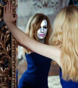 mädchen , frau , blondine , jung , roboter , spiegelung , reflektion , spiegelbild , zukunft , composing , gesicht , weiblich , haare , schön , mensch , person , körper , spiegel , weiblicher roboter , androide , maschinenwesen , humanoider roboter , gynoid, Narzissmus