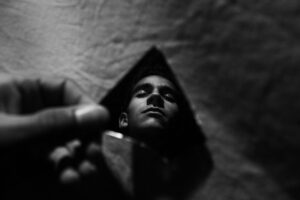 spiegel , mann , dunkelheit , licht , flüge , meditation , trauer , angst , düsternis , leben , weiß und schwarz , zerbrochene spiegel , gebrochen, Narzissmus