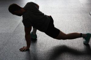 stretchen , dehnen , aufwärmen , sport , muskeln , muskulatur , sportlich, sportverletzng vorbeugen