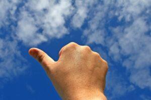 leistung , stimme , zulassung , schöne , körper , geschäft , kaufmann , karriere , wolken , konzept , konzeptionellen , ausdruck , finger , geste , gehen , gut , hand , glück , angibt , männlich , mann , teil , positiv , anmelden , himmel , erfolgreich , erfolg , sommer , sonnig , symbol , thema , daumen , bis , gewinnen , Rhizarthrose, gewinner , ja
