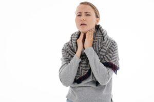 Rachenentzündung; Halsentzündung; Pharyngitis, krankheit , die gewöhnliche erkältung , grippe , medizin , gesundheit , schal , fieber , medikamente , temperatur , thermometer , schüttelfrost , schmerz , tablette , kehle , pharmazeutisch , antibiotikum , schmerzmittel , pflege , mittel , kapseln , patient , dosieren , frau