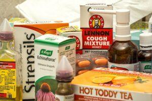 grippe , kälte , virus , krank , krankheit , schlecht , winterleiden , gesundheitswesen , fieber , temperatur , medizin , unwohl , gesundheit , schmerzen , bronchitis , lungenentzündung , schnupfen , halsschmerzen , hustensaft , hals lutschtabletten , antibiotikum, medikamente, arzneien