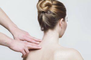 massage , rücken , therapie , physiotherapie , physio , entspannen , gesundheit , hände , rückenmassage , manuelle therapie , frau , stress , rückenprobleme , wellness , nackt , heilung , wohlfühlen , akupunktur , haut, nacken, hws, halswirbelsäule, schleudertrauma