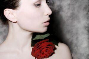 profil , gesicht , attraktiv , modell , jung , porträt , schönheit , schöne , weiblich , mit , rose , blume , haut , pflege , frau , nahaufnahme , Röschenflechte; Pityriasis rosea, hautnah