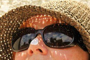 sonnenschutz , sonnenbrillen , hautpflege , hut , sommer , sonne , schutz , creme , urlaub , pflege , haut , reisen , zubehör , weiblich , sommersprossen , hellhäutigen , frau , person , warm , reflexion, polymorphe Lichtdermatose,   Sonnenallergie,  Lichtallergie
