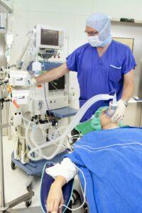 operation , atemmaske , betäubung , krank , verletzt , infusion , operationssaal , arzt , chirurg , krankenhaus , krankenzimmer , patient , künstliche Beatmung