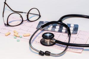 ekg , elektrokardiogramm , stethoskop , herzschlag , herz , frequenz , kurve , kardiologie , kontrolluntersuchung , herzkrankheiten , gesundheitswesen , medizin , puls , leben , pulsierend , medikamente , pillen , tabletten , brille
