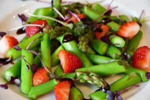 spargel , grün , grüner spargel , asparagus , spargelzeit , pesto , gemüse , tomaten , kresse , sango-rettich-kresse , erdbeeren , balsamico , öl , essen , mahlzeit , kochen , küche , spargelgewächse , gesund , frühling , low carb , diät , nahrung , nahrungsmittel , lowcarb , vegetarisch , frühlingsdiät
