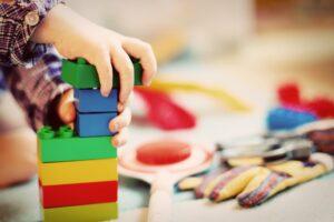 kind , turm , bausteine , klötzchen , holzklötze , kindergarten , spielzeug , kinder , unordnung , architektur , bauen , spielen , kinderkrippe