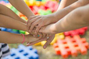 Kinderstiftung , hände , freundschaft , freunde , kinder , spaß , glück , kontakt , gruppe , zusammen , familie , zusammenarbeit , kooperieren , team , teamarbeit , hilfe , unterstützung , gemeinsamkeit , braun freut sich , braun-team , braun-unterstützung , brown helfen , braun gruppe , braun teamarbeit , braun glück , braun spaß , brown zusammen