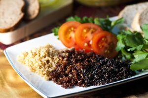 quinoa , andenhirse , korn , saatgut , lebensmittel , gesund , vegetarier , ernährung , vegan , diät , bio , ungekocht , natürliche , zutat , eiweiß , nahrhafte , kochen , braun kochen , braun gesund , braun-diät , braun ernährung ,