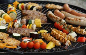 grillgut , grillade , grillfleisch , spiesse , grill , essen , fleisch , spieß , grillen , schmackhaft , mariniert , lebensmittel , nahrungsmittel , marinade , speise , frisch , zubereiten , gemüse , paprika , zwiebel , pilz , tomate , zucchini , grillfest , nahrung , lecker , rost , gegrillt , sommer , hitze , braten , steaks , wurst , heiß , party , bratwürste , feuerstelle , würstchen , feier ,