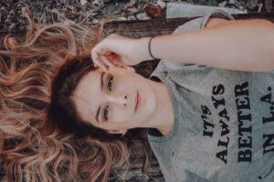 frau , porträt , menschen , mode , jung , mädchen , modell , entspannung , schöne , hübsch , attraktiv , im freien , erwachsene , sexy , brünette , gesicht , haar , pflege , weiblich , kokossöl haare
