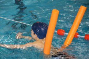 schwimmen , schwimmbad , schwimmnudel , wasser , nudel , jung , spaß , sport , aktiv , kind , lernen , schwimmkurs , schwimmunterricht, wassergymnastik, Poolnudeln oder Flexibeam