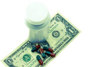 kosten , gesundheit , medizin , geld , gesundheitskasse , us-dollar , dollar , geldschein , pillen , dose , teuer