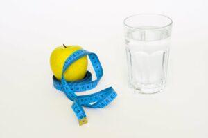 Intervallfasten, intermittierendes Fasten, diät, gewichtsverlust, gesund, apfel, wasser,