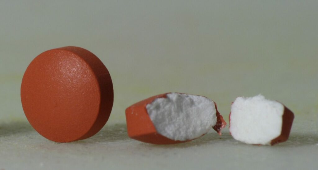 nichtsteroidales Antirheumatikum (NSAR) – auch nichtsteroidales Antiphlogistikum (NSAP) oder NSAID (non-steroidal anti-inflammatory drug), Tabletten, Pillen, Ibuprofen, Medikament, Nichtopioide Analgetika
