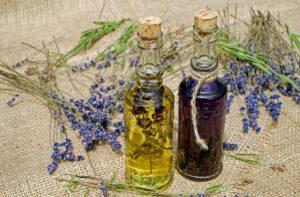 badeöl , öl , lavendelöl , duftöl , ätherisch , aromatherapie , homöopathie , beruhigend , lavendelblütenöl , wohlriechend , naturprodukt , therapie , wellness , gesundheit , pflege , wohlbefinden , harmonie , naturheilkunde , glasflaschen ,