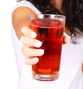 getränke , diät , trinken , weiblich , frisch , obst , mädchen , glas , gesund , isoliert , saft , menschen , lächeln , frau , rot , preiselbeere , jung , eistee, icetea, getränk