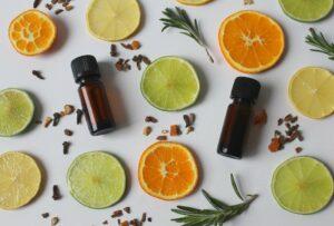naturkosmetik , duft , zitrone , orange , limette , gewürze , würzig , schönheit , kosmetik , natur , pflanze , sommer , makro , glas , braunglas , ätherische öle , duftöl , nahaufnahme , rosmarin , rosmarinöl