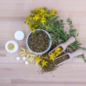 johanniskraut , blumen , tee , schaufel , hypericum perforatum , gelbe blumen , heilkraut , medizinischer tee , kräutertee , kräuter , getrocknet , gesund , pflanze , natürliche , naturheilkunde , kräuterkunde ,