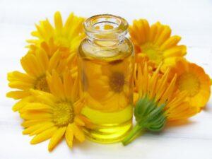 öl , fläschen , glas , calendula , ringelblumen , blüten , orange , haut , hautpflege , körperpflege , wellness , ätherische öle , aromatherapie , kosmetik , duft , parfüm , therapie , massage , entspannung ,