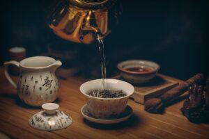 tee , tasse , topf , teeblätter , gießen , tee einschenken , teezeit , tee-zeremonie , getränk , heißen tee , trinken , geschirr , teekanne , traditionell , schwarzer tee , grüner tee ,